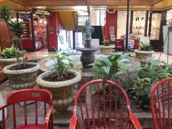 Mambo Italiano courtyard